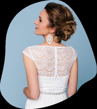 Unsere Brautmode mit Spitze zaubert dir einen umwerfend edlen und verführerischen Brautlook. Verliebe dich hier in zarte Spitzenstoffe, die frau einfach gesehen haben muss.
