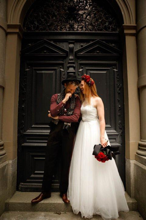 Braut mit langem Tüllrock und Spitzenoberteil