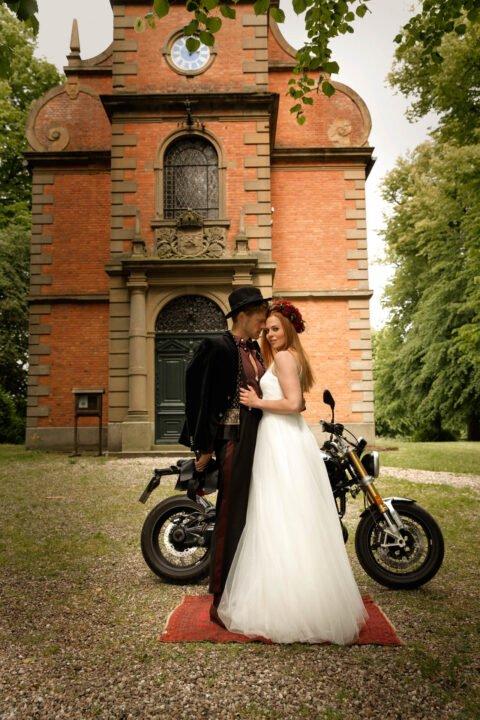 Brautpaar vor Motorrad, Braut mit langem Tüllrock zur Hochzeit