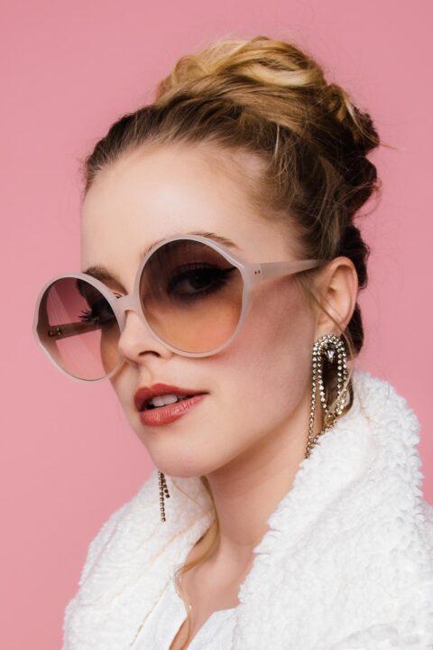 Winterbaut mit Sonnenbrille
