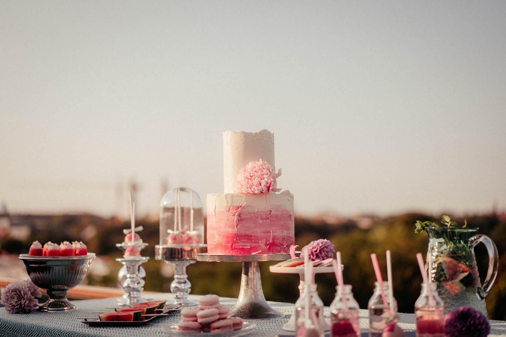Zweitsöckige Hochzeitstorte, weiß-pink