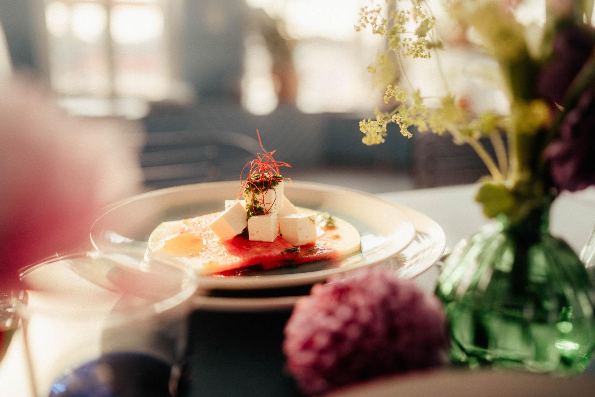 Schafskäse auf Melonenscheibe bei sommerlicher Hochzeitsinspirationen