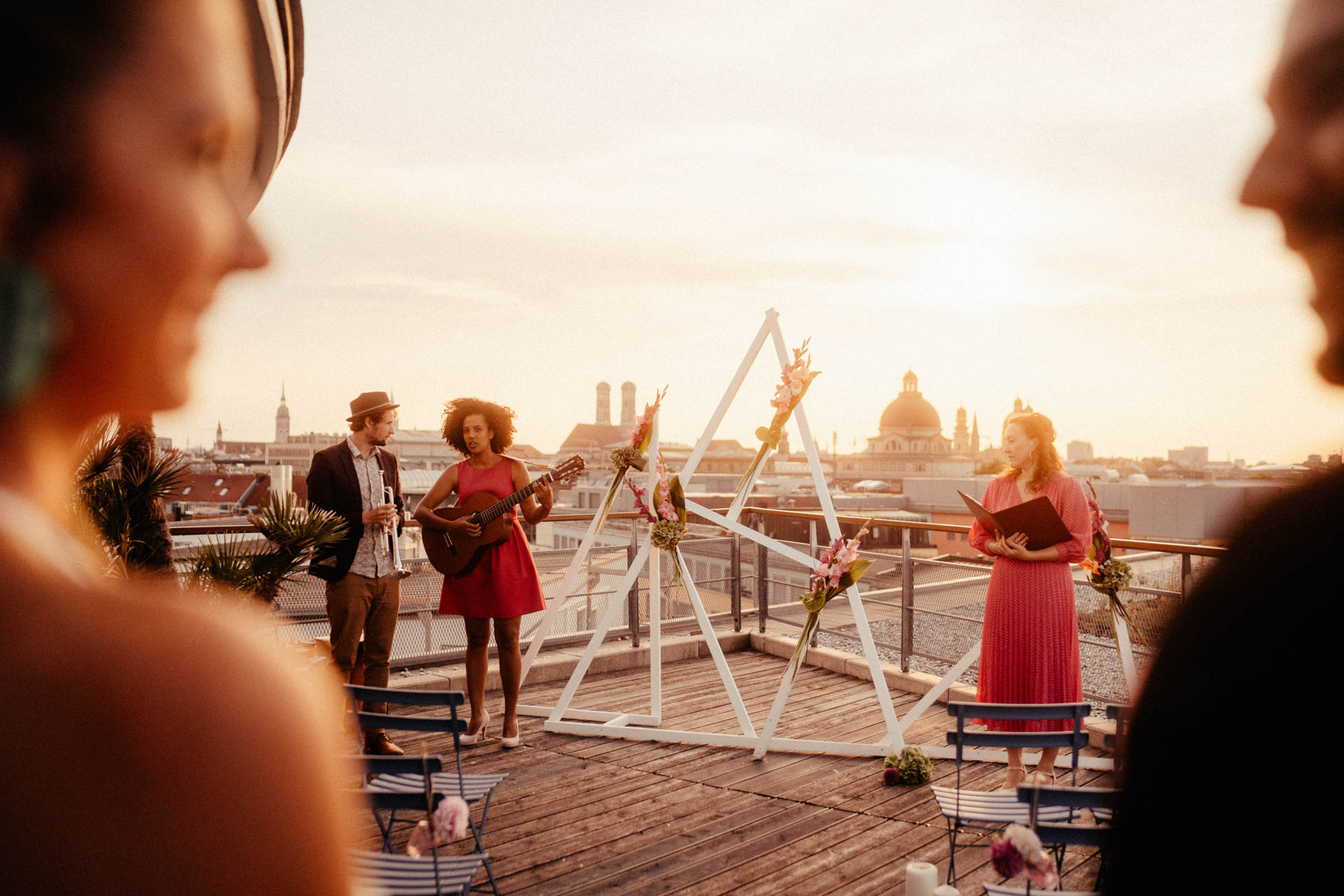 Traurednerin wartet auf der Dachterrasse auf Brautpaar bei freier Trauung in München im Surfers Paradies