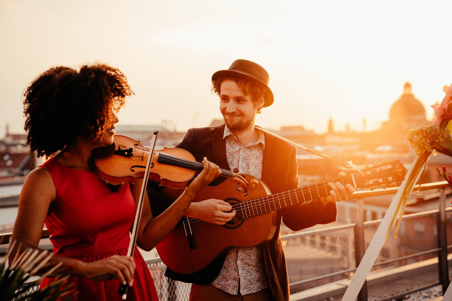 """""""Music Made with love"""" musiziert bei freier Trauung auf Dachterrasse"""