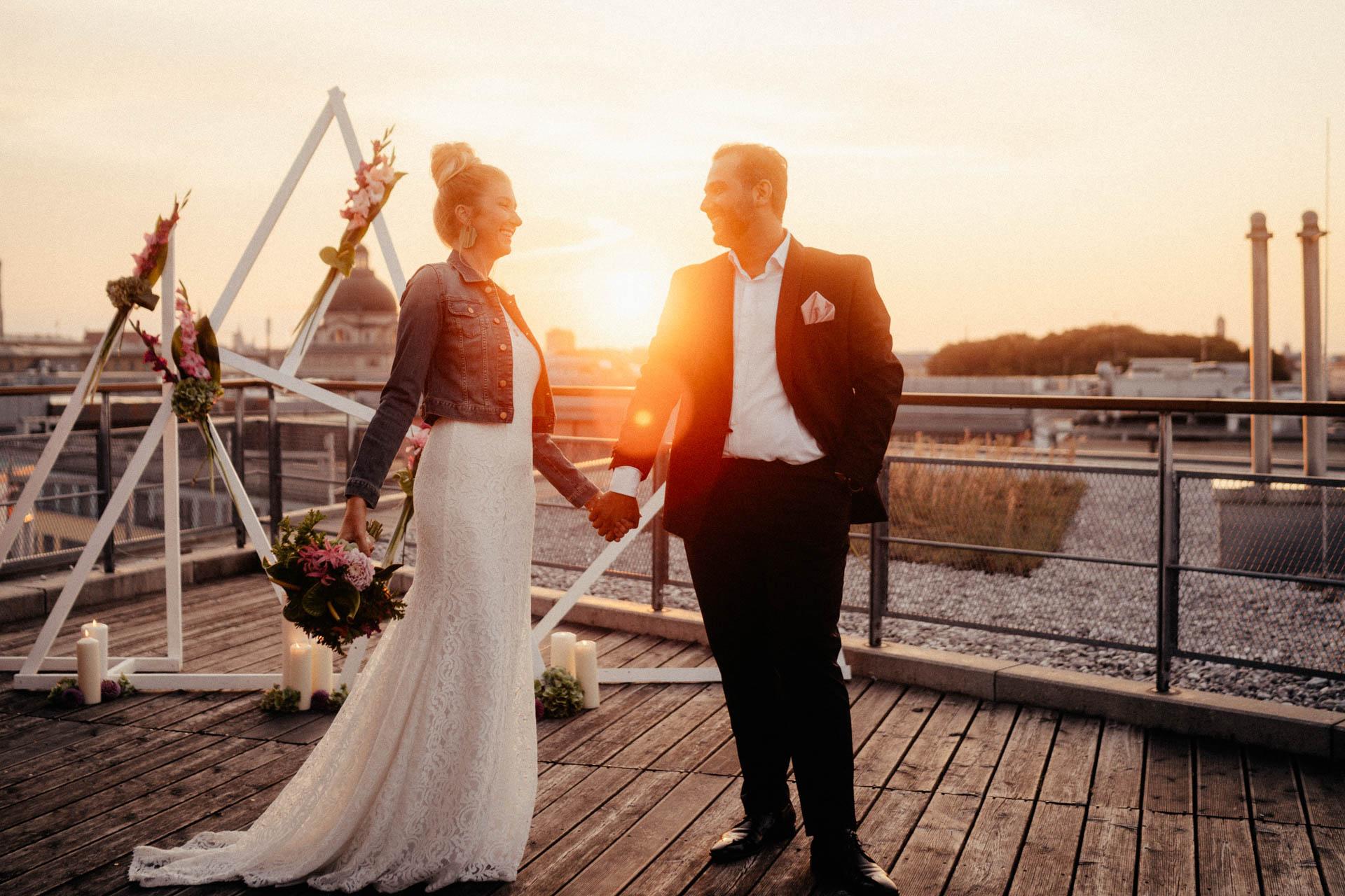 Braut mit Jeansjacke nach freier Trauung in München auf der Dachterrasse im Surfers Paradies