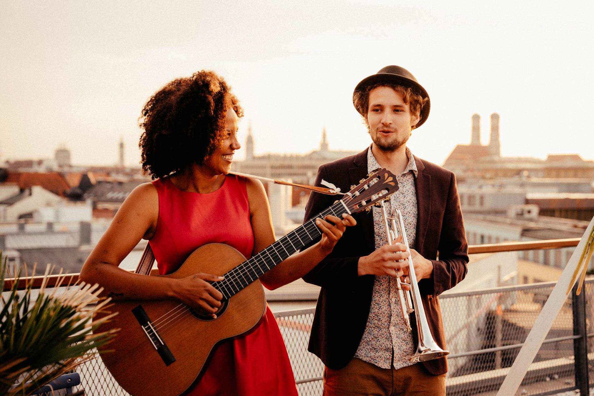 """Hochzeitsband """"Music made with love"""" bei freier Trauung auf Dachterrasse in München"""