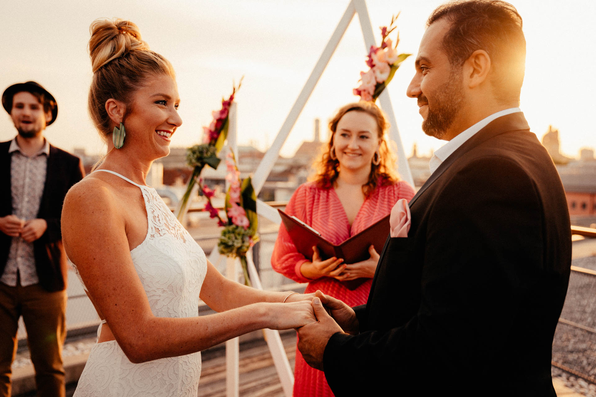 Brautpaar lächelt sich an bei freier Trauung in München auf der Dachterrasse im Surfers Paradies