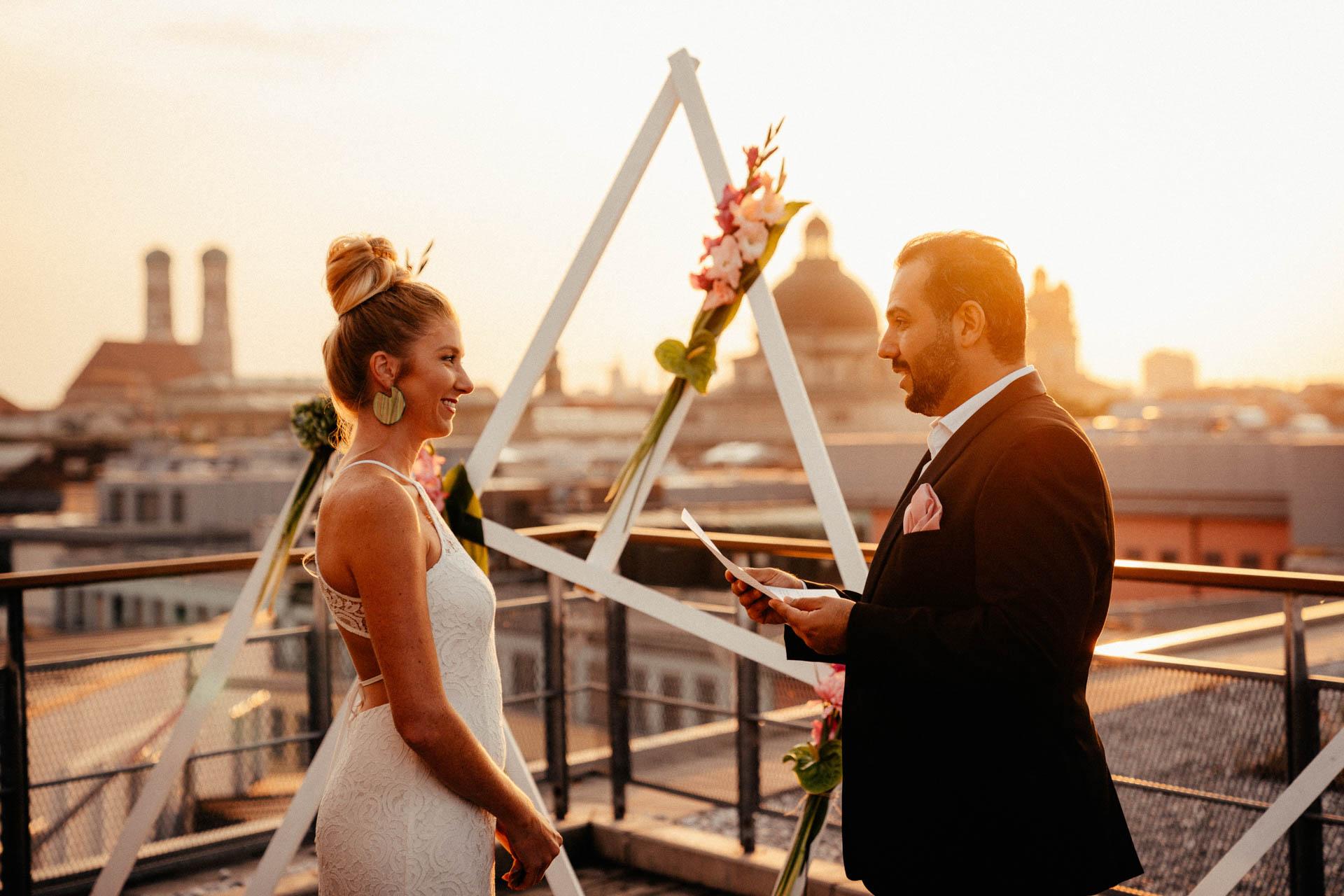 Bräutigam spricht bewegende Worte an Braut bei freier Trauung in München auf der Dachterrasse
