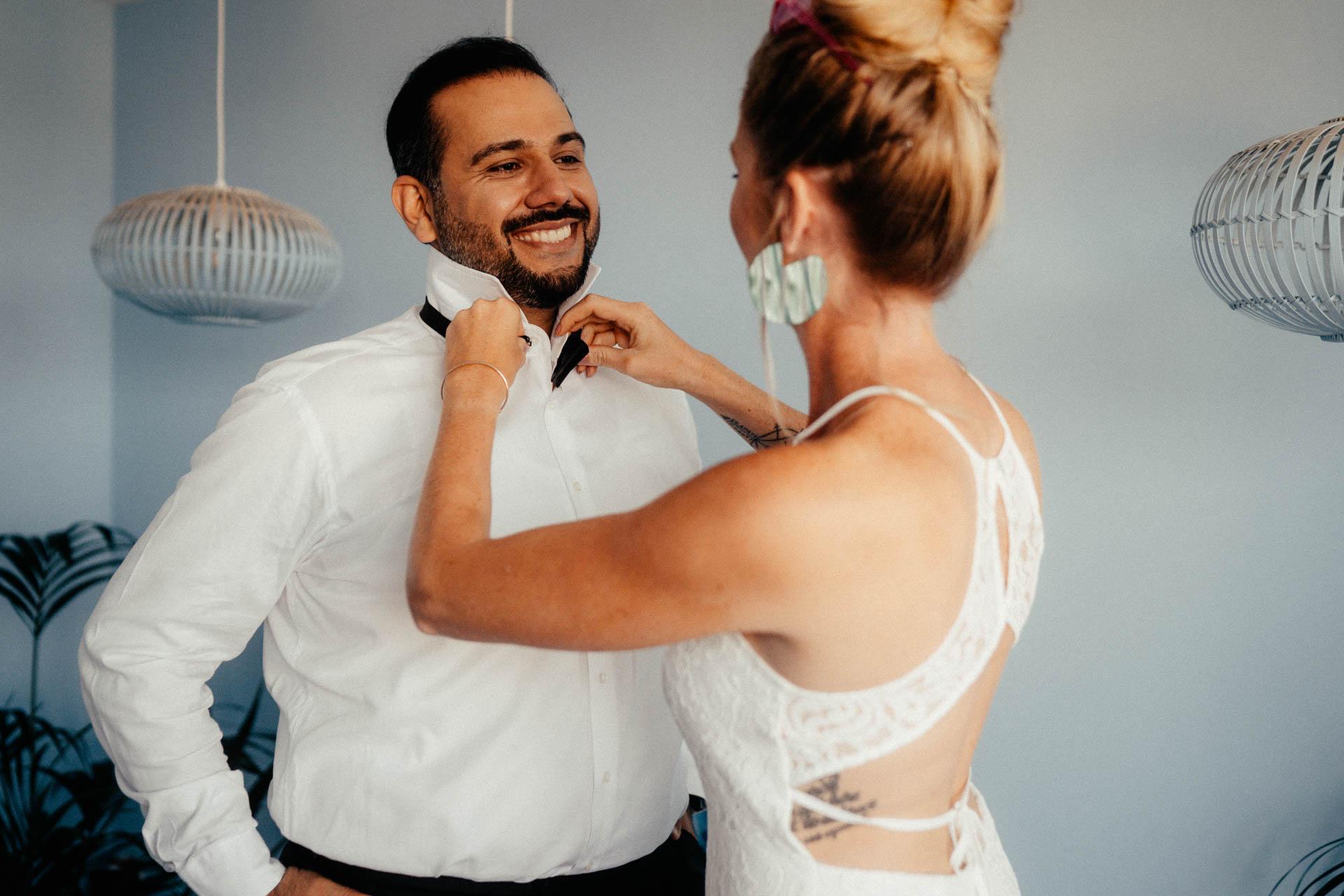 Brautpaar beim getting ready für freie Trauung