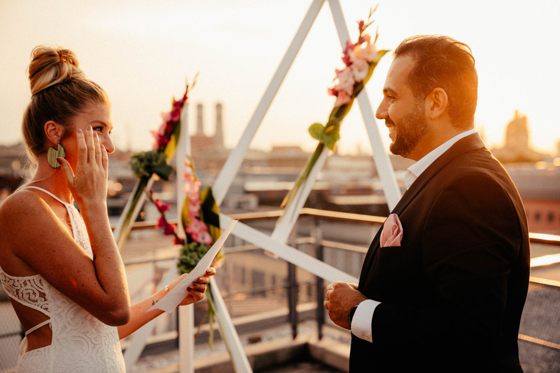 Braut wischt sich Träne weg bei ihrem Eheversprechen während der freien Trauung