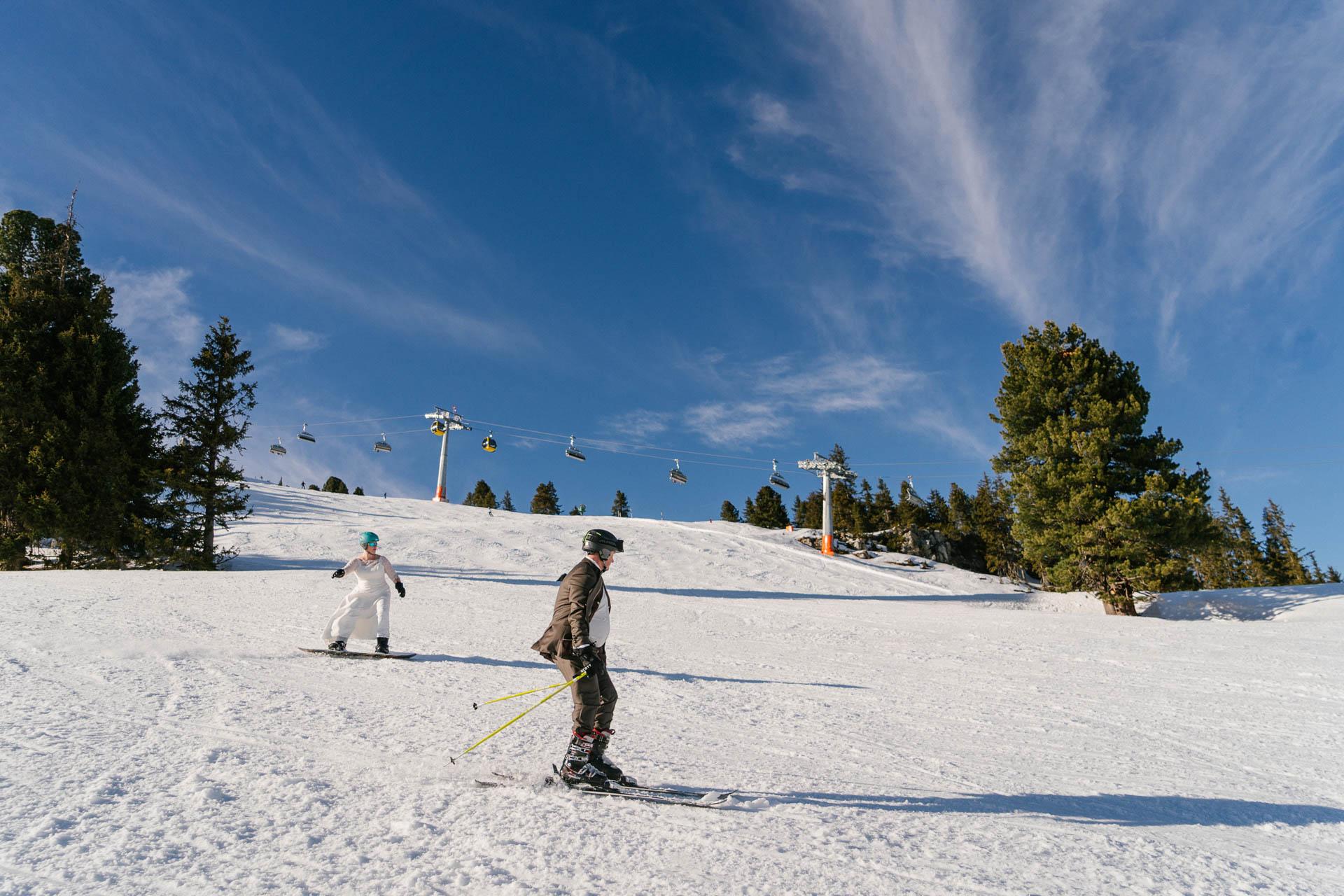 Braut auf dem Snowboard, Bräutigam auf Skiern