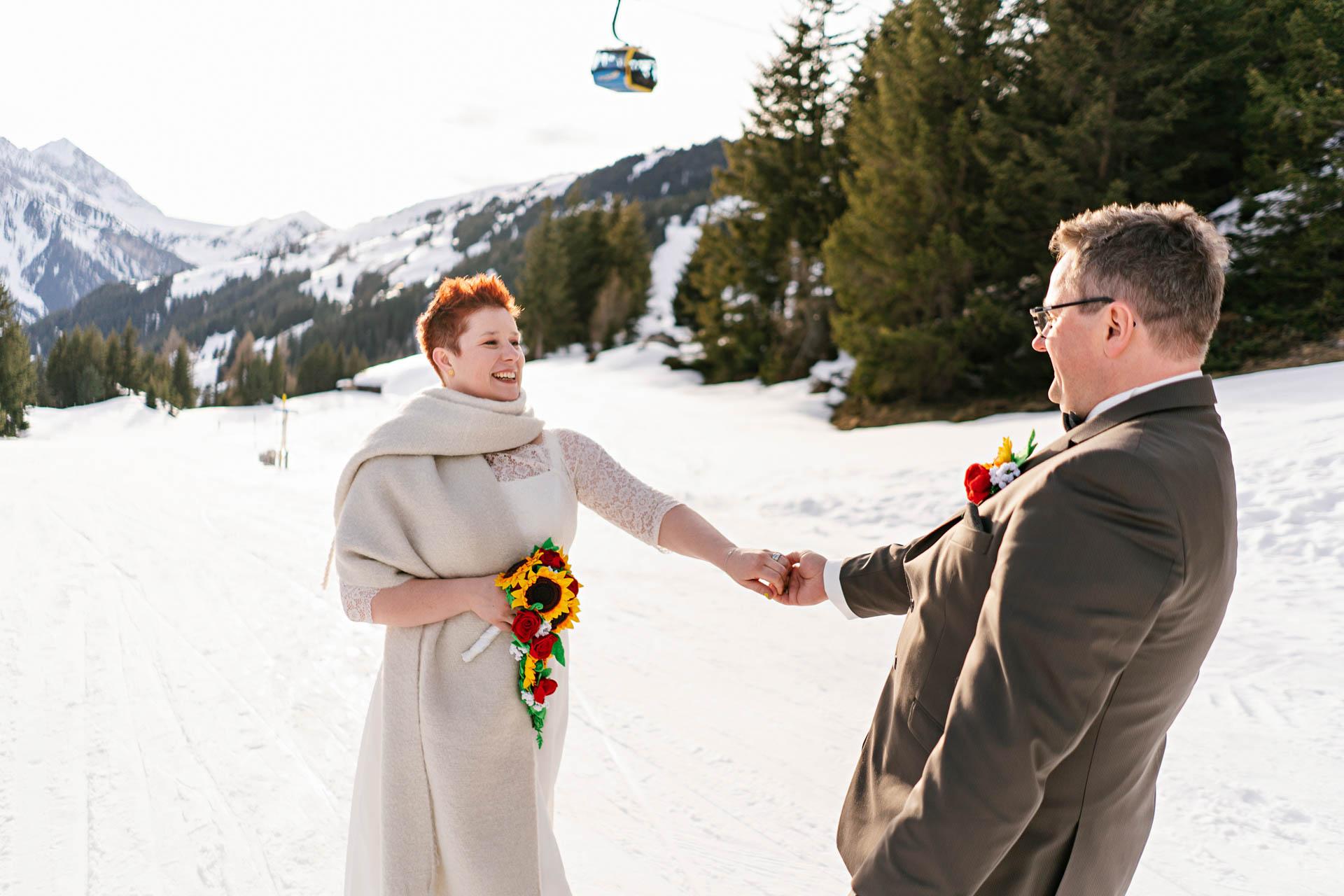 Winterhochzeit im Zillertal, Brautpaar glücklich im Schnee