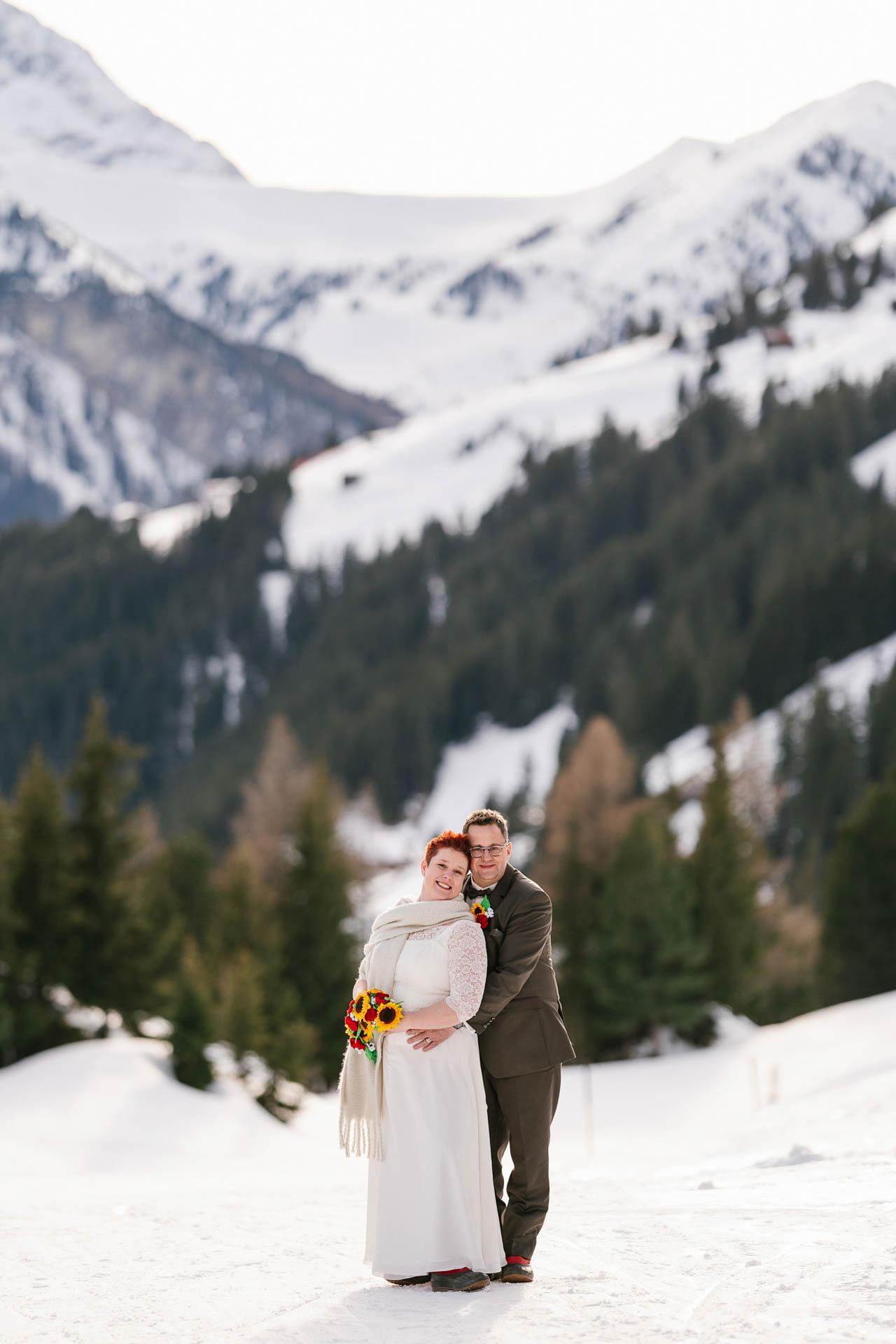 Winterhochzeit im Zillertal, Brautpaar glücklich im verschneiten Bergpanorama