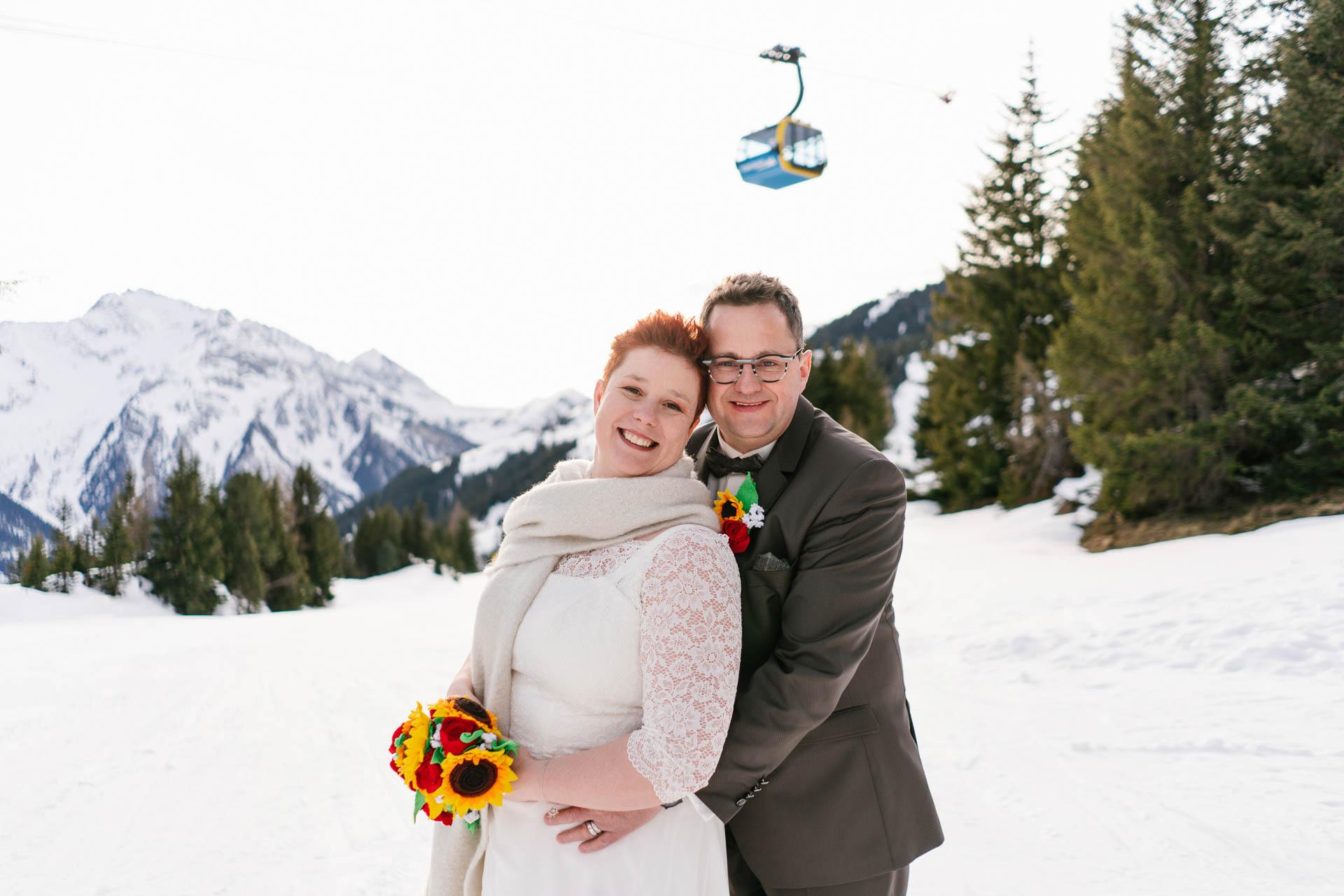 Brautpaar glücklich im Schnee im Zillertal