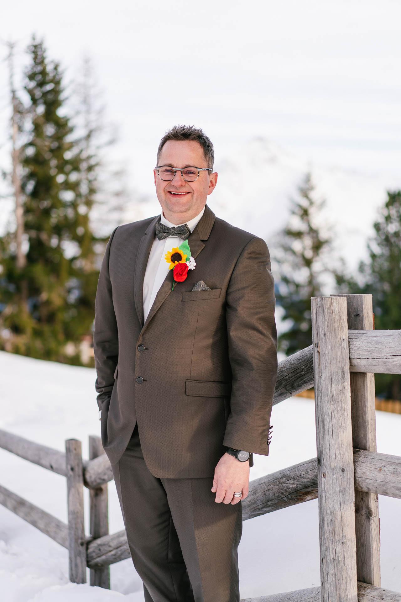 glücklich lächelnder Bräutigam im Schnee
