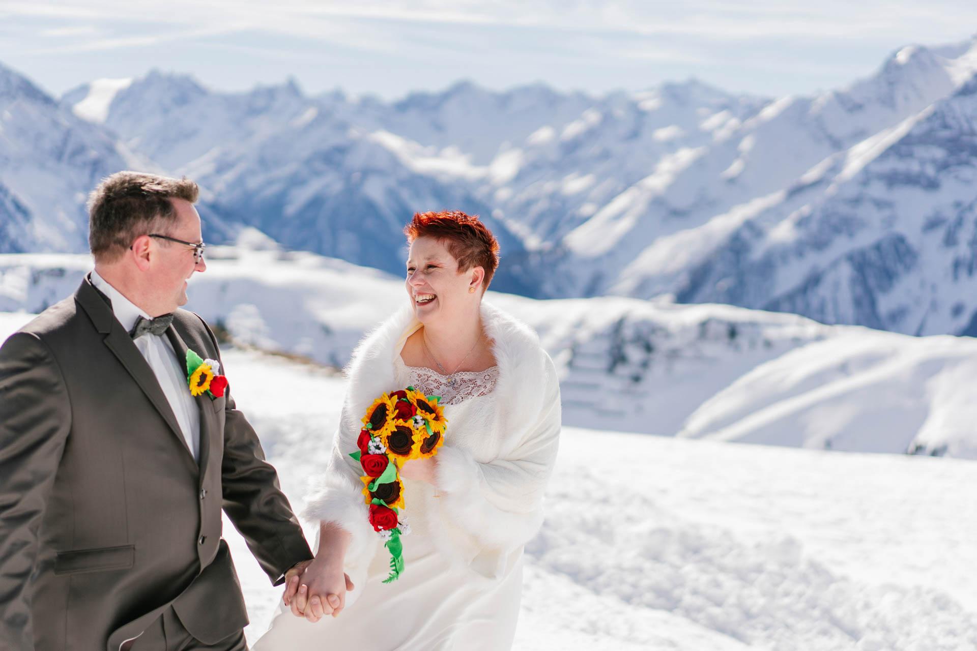 glückliches Brautpaar bei Winterhochzeit im Zillertal