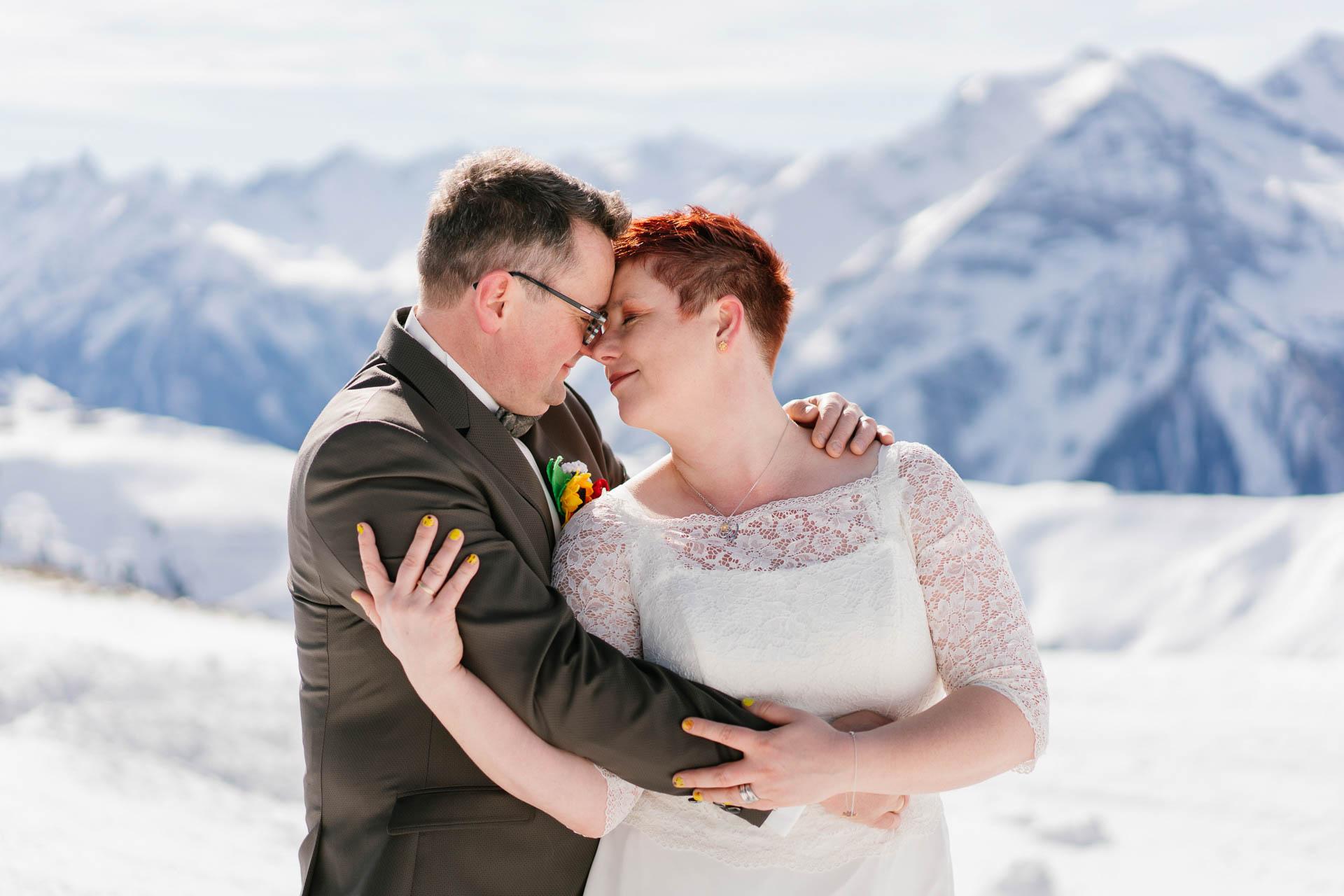 Brautpaar glücklich verträumt Kopf an Kopf im Schneepanorama im Zillertal