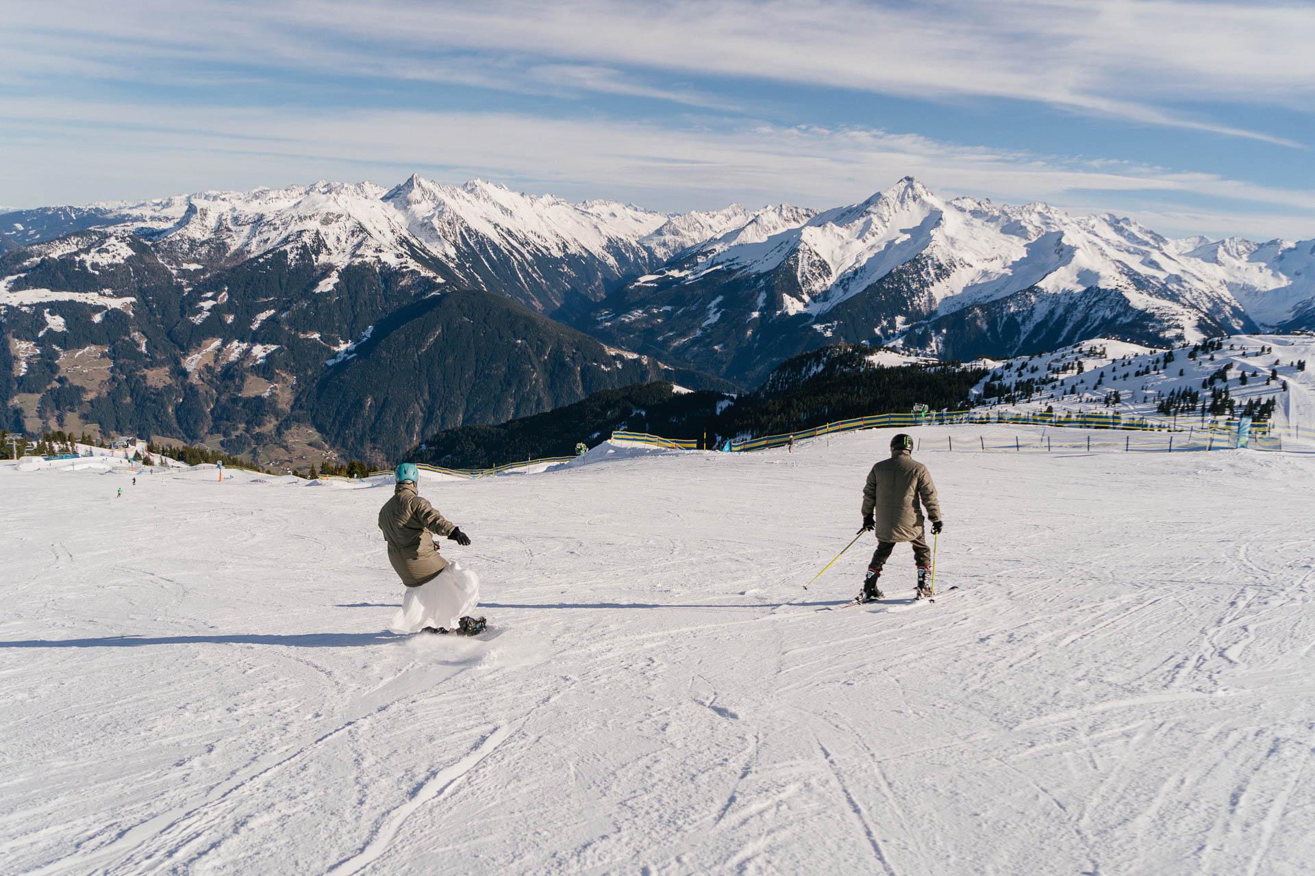 Braut auf dem Snowboard, Bräutigam auf Skiern im Zillertal