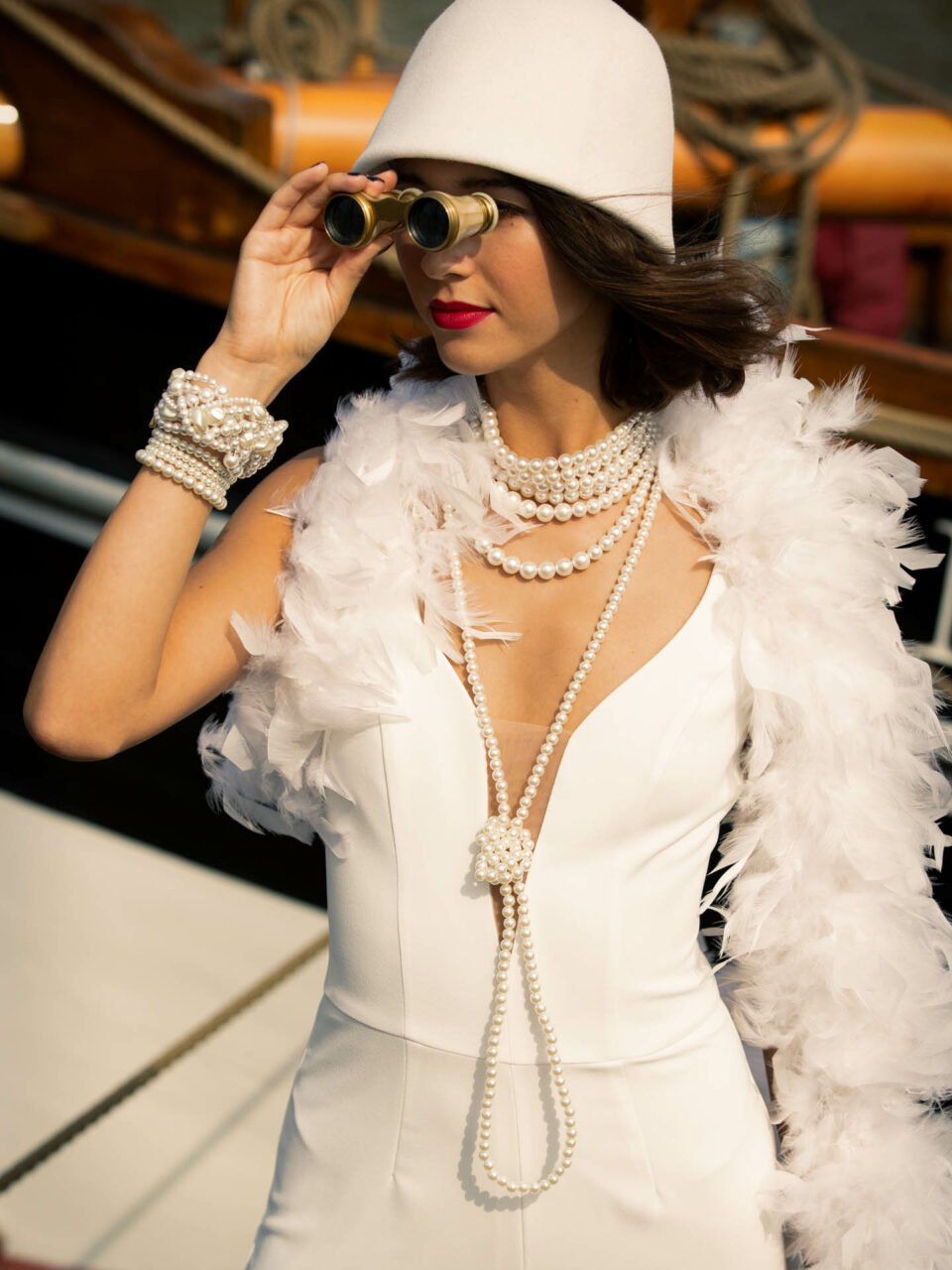 20er Jahre Brautoutfit mit Hut, Braut schaut durchs Fernglas