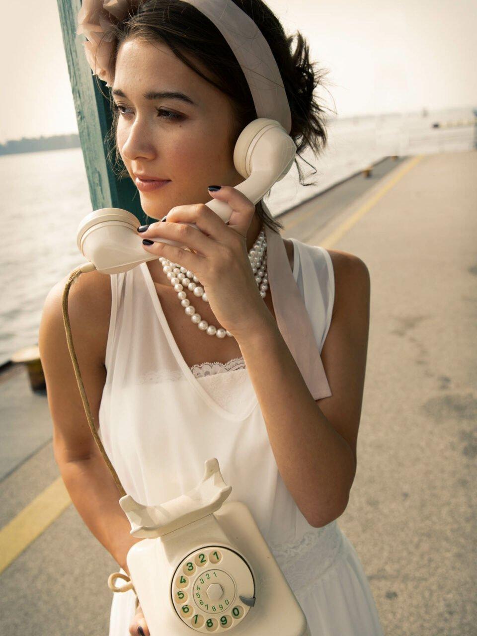 Braut mit Retrotelefon bei 20er Jahre Hochzeitsinspiration
