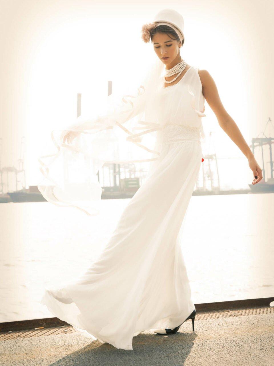 Braut mit 20er Jahre Hochzeitsoutfit am Hafen