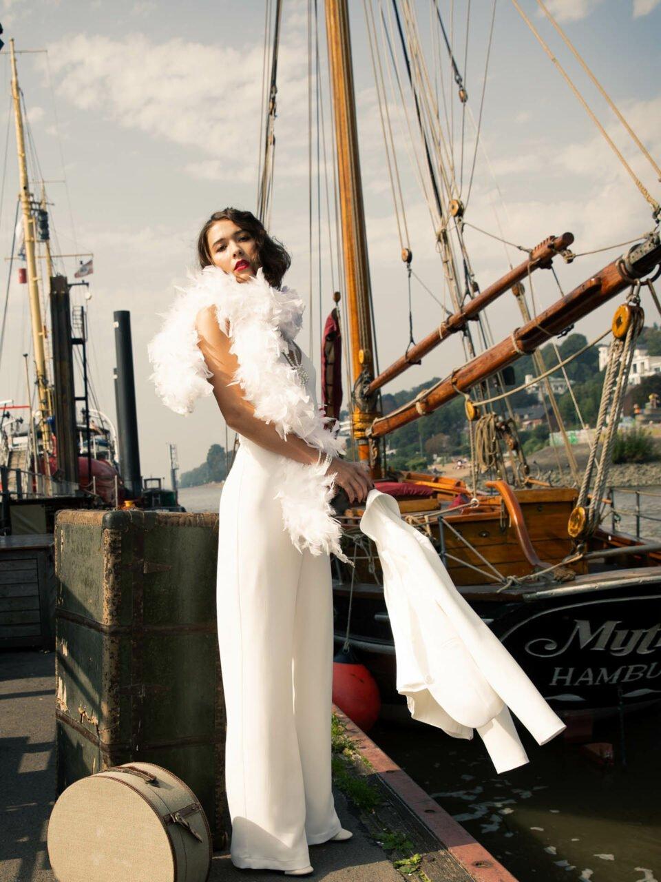 20er Jahre Hochzeit, Braut im Jumpsuit am Hafen