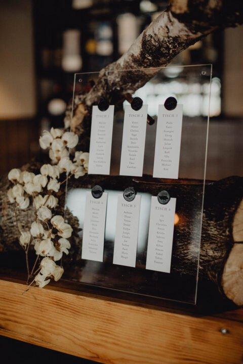 Tischkarten bei natürlicher Hochzeit