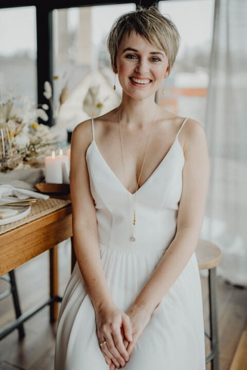 Kurzhaarbraut im schlichten Brautkleid