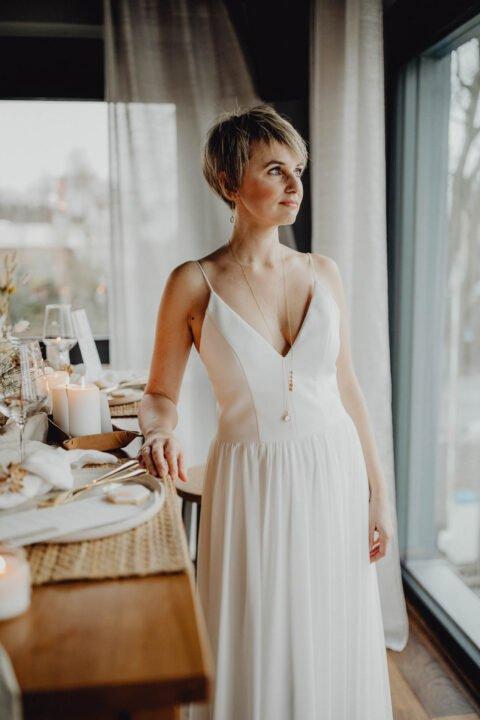 Braut mit kurzen Haaren im schlichten Brautkleid