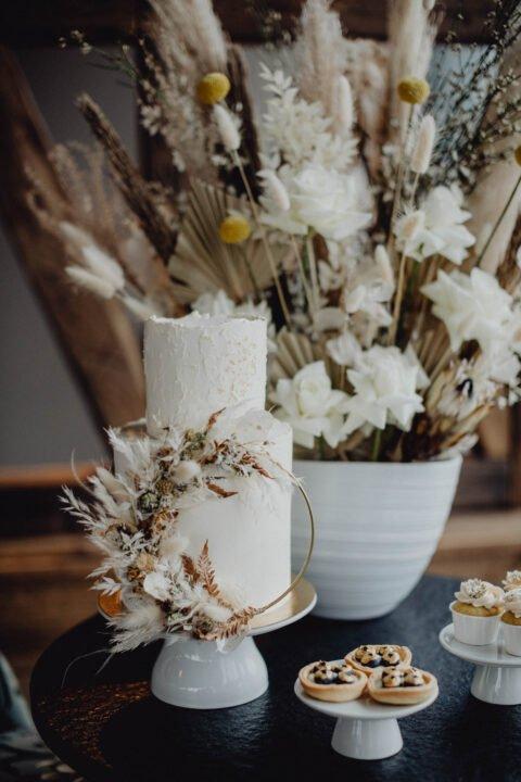 Natürliche Hochzeit mit Trockenblumen und Hochzeitstorte