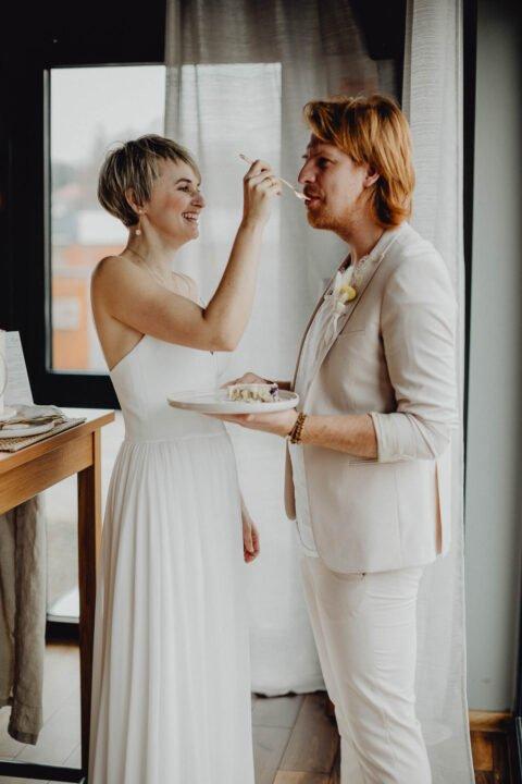 Natürliche Hochzeit, Braut gibt Bräutigam Hochzeitstorte in den Mund
