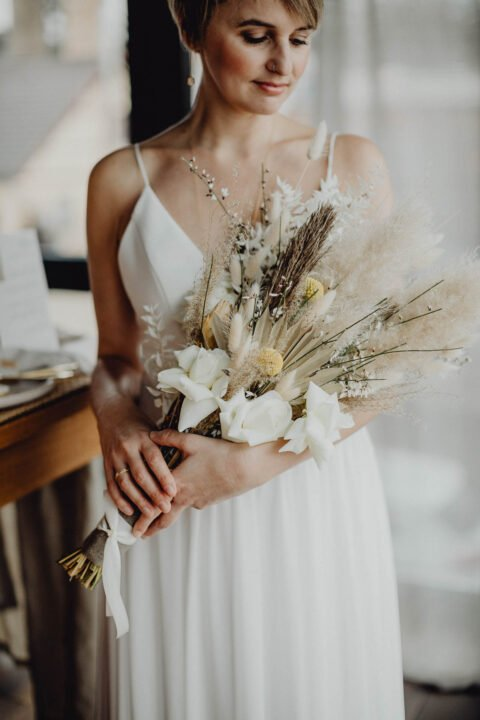 Kurzhaar-Braut mit Trockenblumen