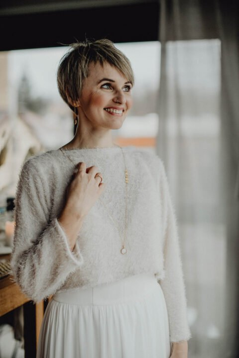 Braut mit kurzen Haaren im Brautpullover