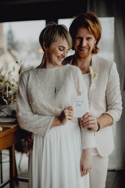 Natürliche Hochzeit mit moderem Brautoutfit