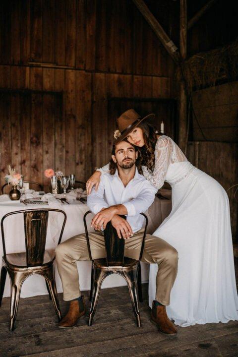 Brautpaar in der Scheune, Braut lehnt sich auf Bräutigam