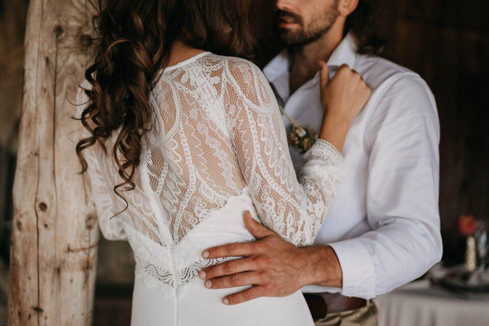 Detailaufnahme vom transparenten Rücken des langärmligen Brautkleids