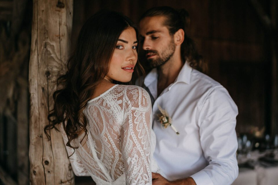 Hübsche Braut schaut in die Kamera