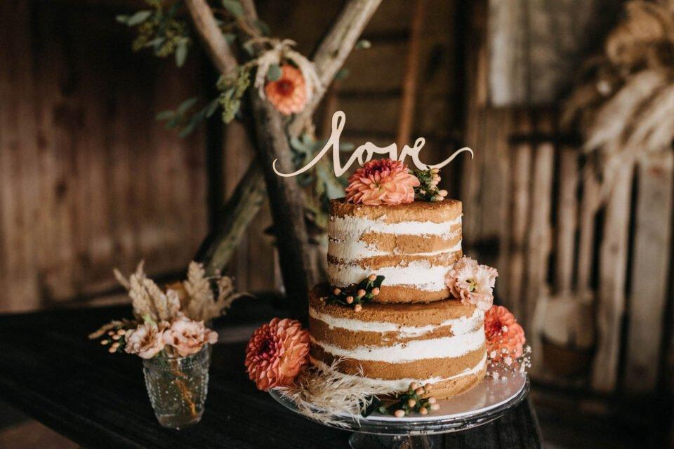"Naked Cake Hochzeitstorte mit Holztopper ""love"""