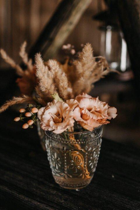 Blumen im Glas als Hochzeitsdeko