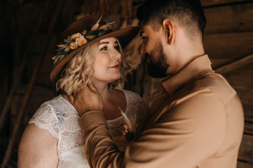 Brautpaar schaut sich in die Augen bei Western Hochzeit