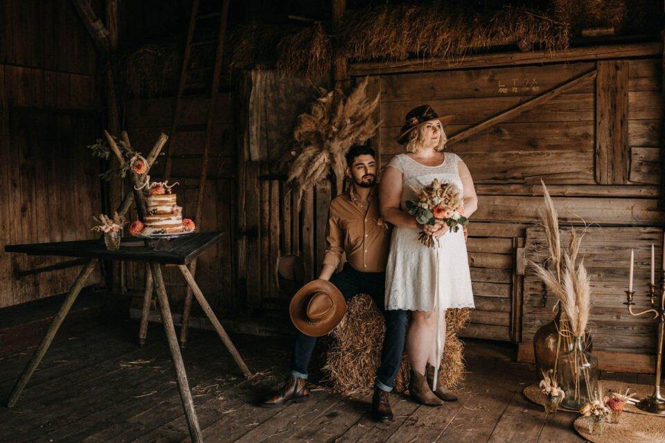 Western Hochzeit, Inspiration mit Brautpaar in der Scheune