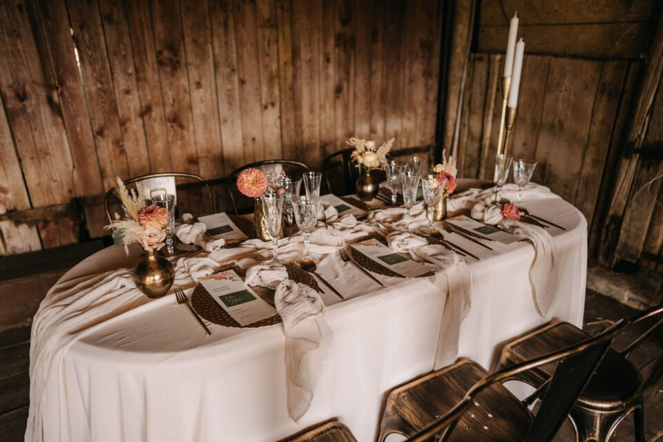 Hochzeitstisch in der Scheune bei Countryinspiration