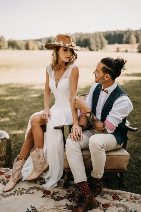 Western Hochzeit, Inspiration mit Braut in Cowboystiefeln in Cowboyhut