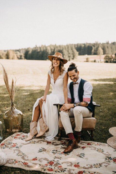 Lachendes Boho Brautpaar bei Western Hochzeit