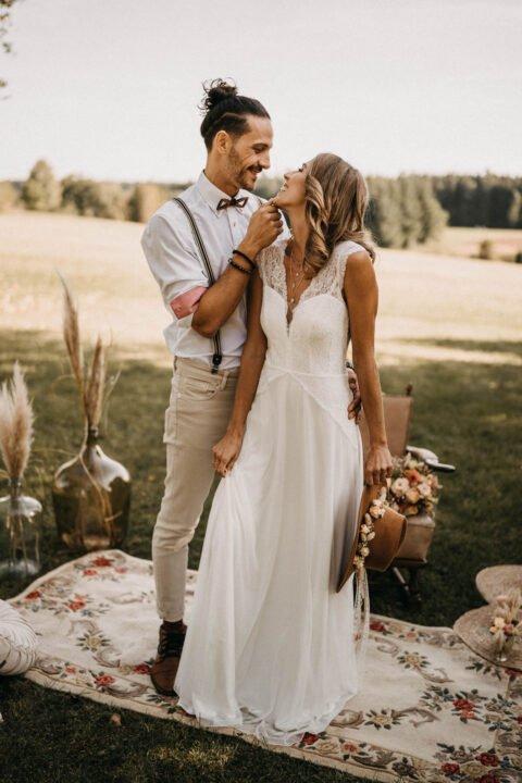 Western Hochzeit, Brautpaar lacht sich an