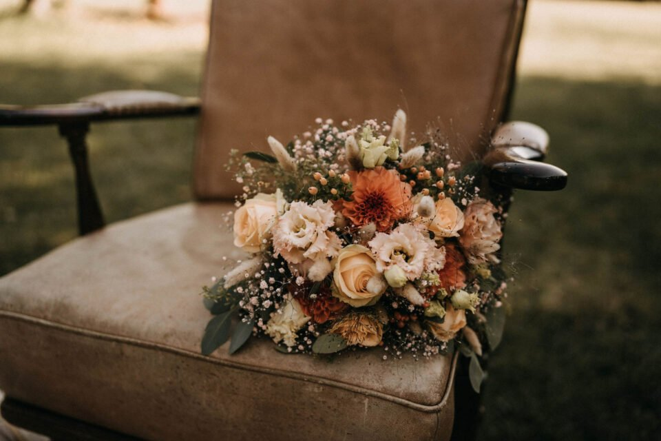 Brautstrauß auf Ledersessel