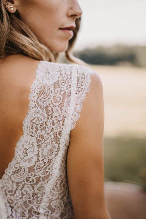 Detailaufnahme von Brautkleid mit Spitzenträger