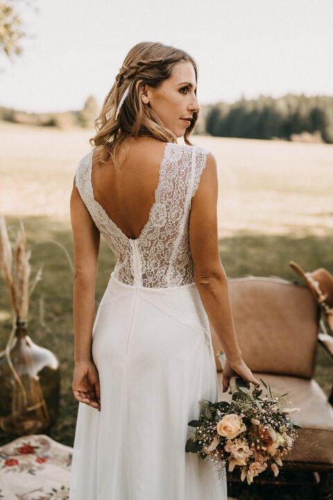 Braut im rückenfreien Spitzenkleid