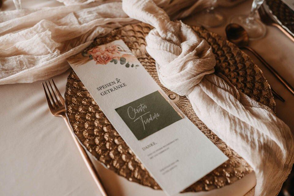 Speisekarte auf goldenem Teller bei Hochzeitsinspiration