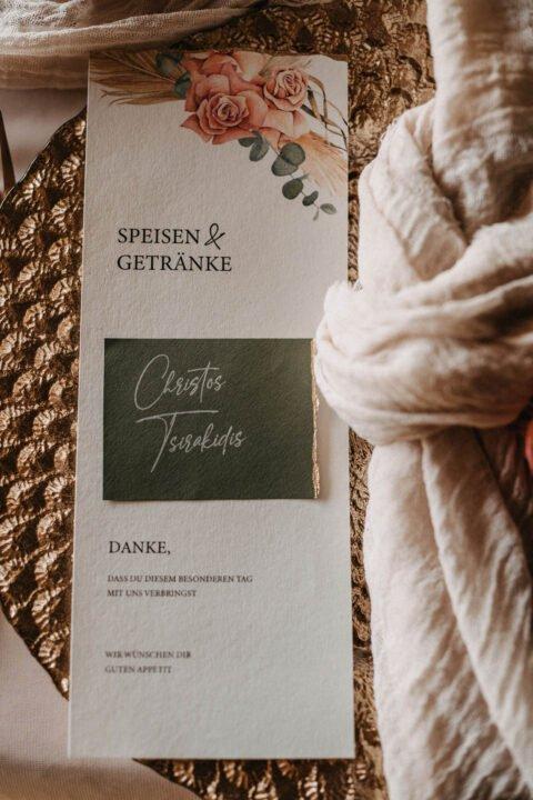 Speisekarte mit Namensschild bei Hochzeit